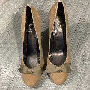 Loft NWT Suede Round Toe Stacked Heel Bow Pumps